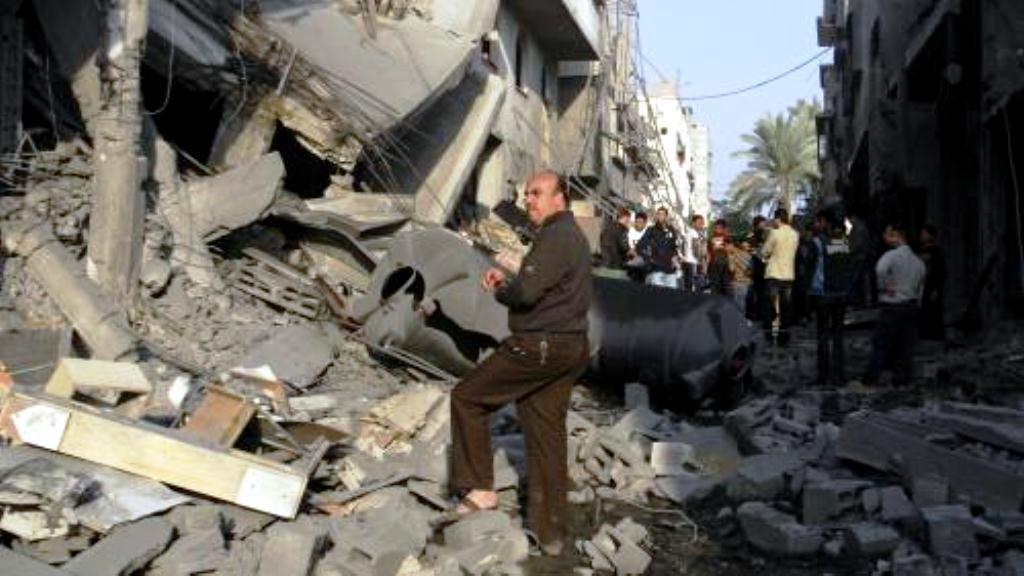 Palestinci u zdemolovaných domů