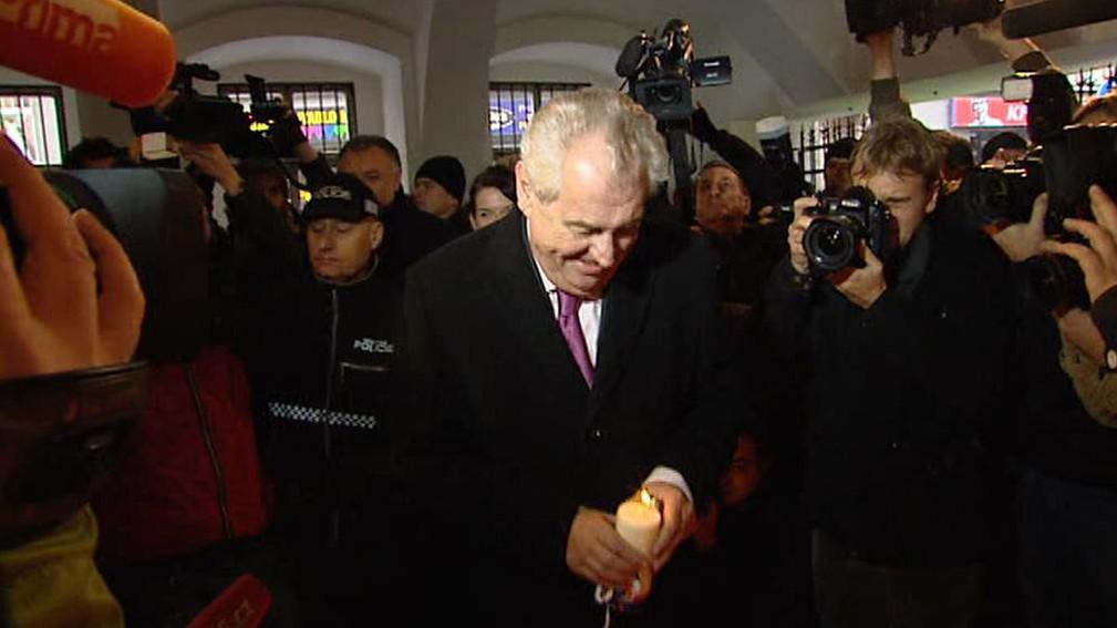 Miloš Zeman u památníku 17. listopadu