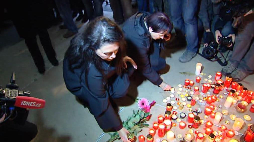 Jana Bobošiková u památníku 17. listopadu