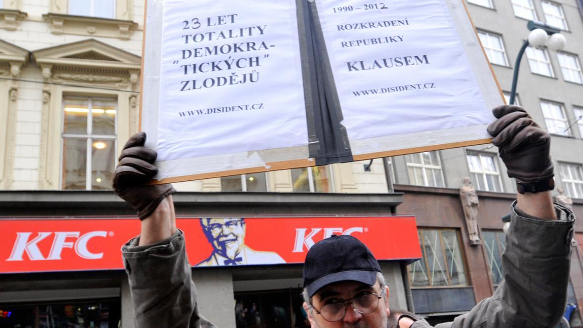 Jeden z odpůrců Václava Klause v Praze na Národní třídě