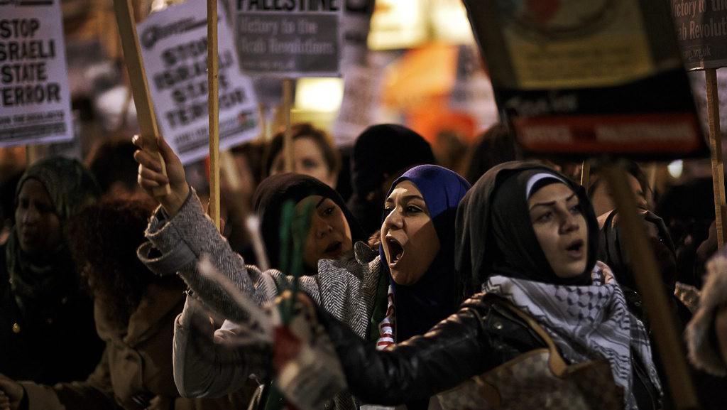 Propalestinské demonstrantky během protiizraelského protestu v Londýně