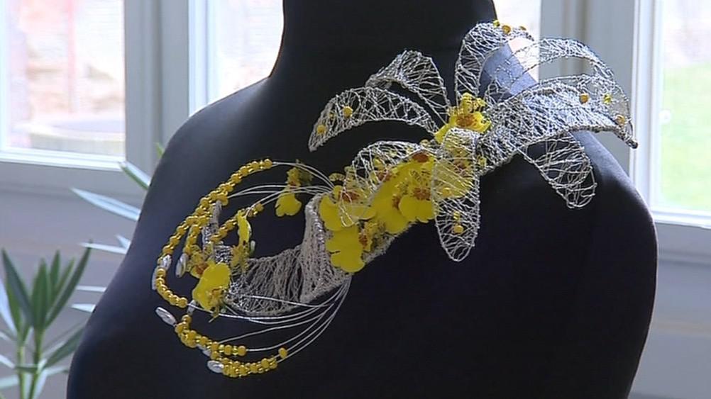 Květinový šperk může být originálním doplňkem