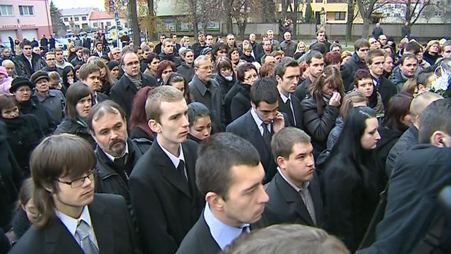 Pohřbu se účastnily stovky lidí
