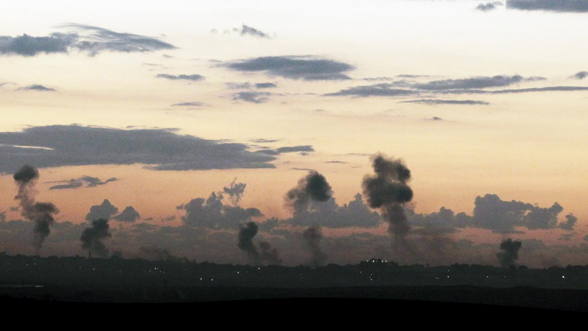 Pohled na kouř vycházející z míst zasažených izraelskou armádou v pásmu Gazy