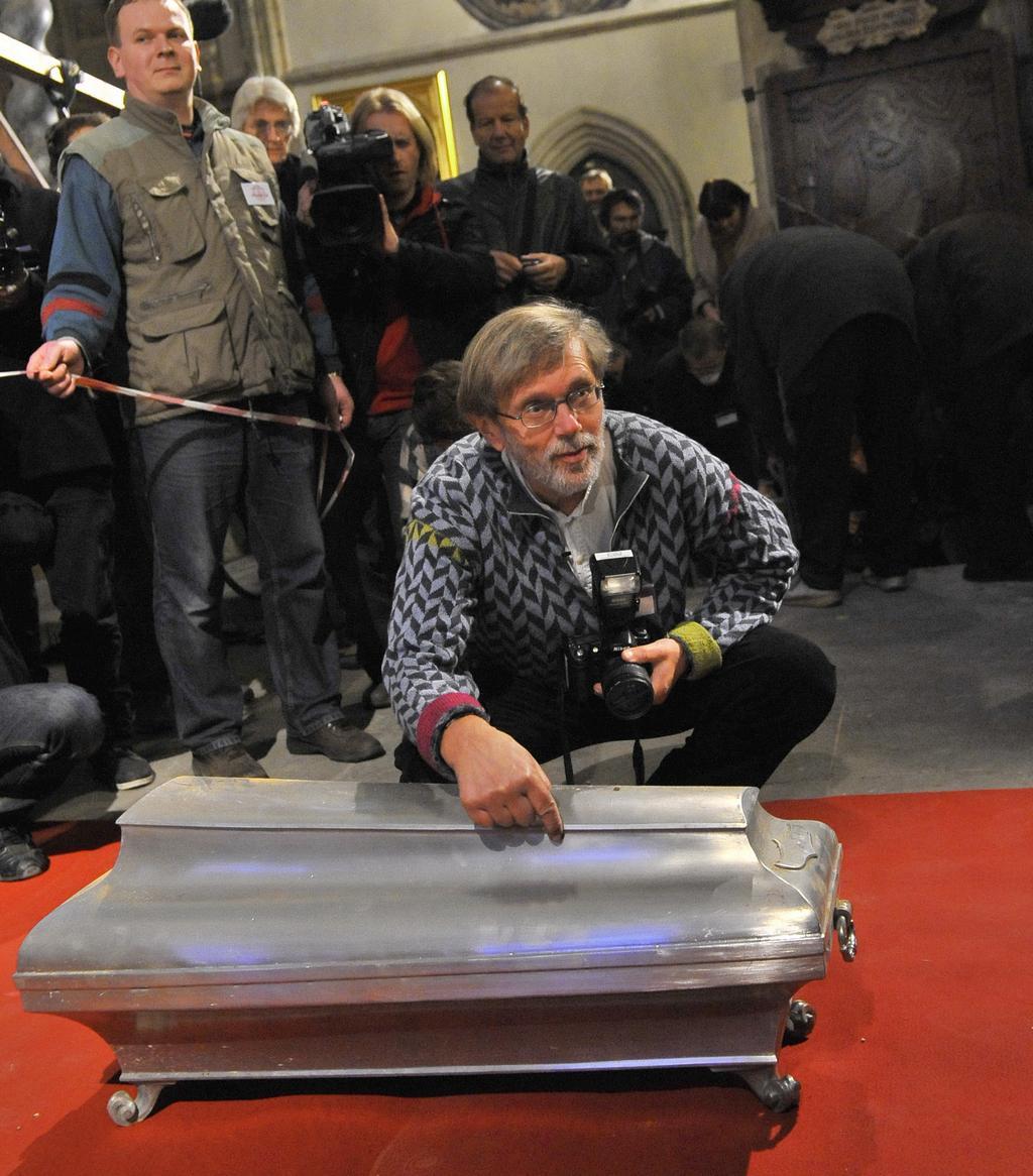 Jens Vellev u rakve s ostatky Tychona Braha