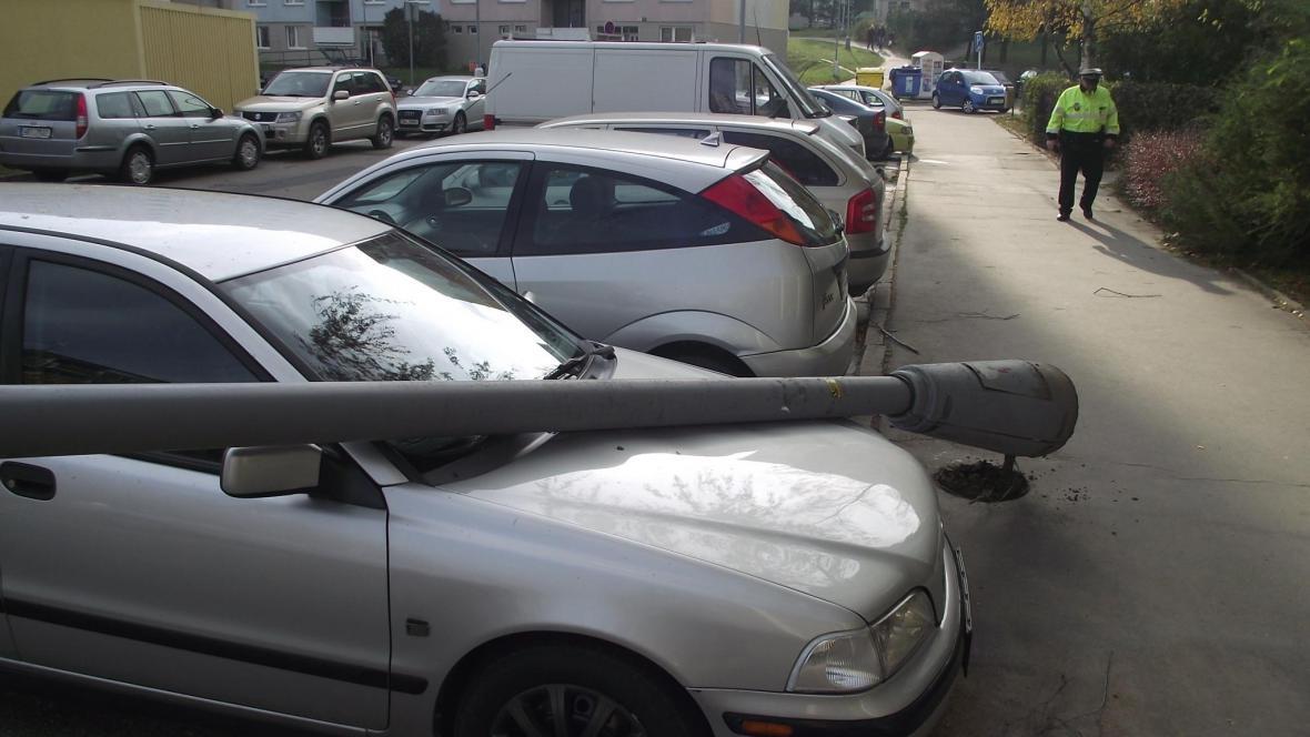 Sloup poškodil zaparkovaná auta