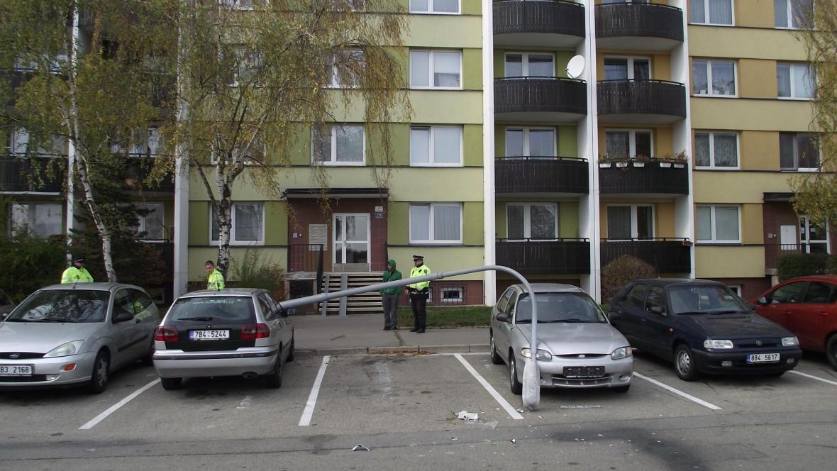 Sloup poškodil několik aut