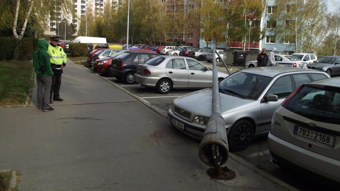 Sloup se zřítil na zaparkovaná auta