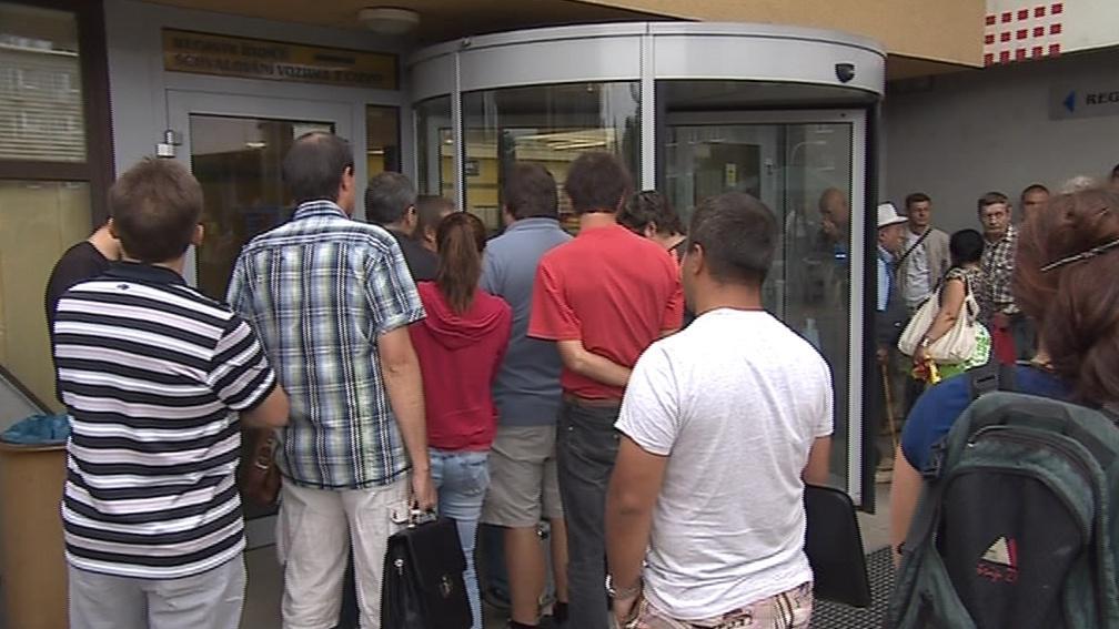 Lidé chodí na registr raději už před otevřením