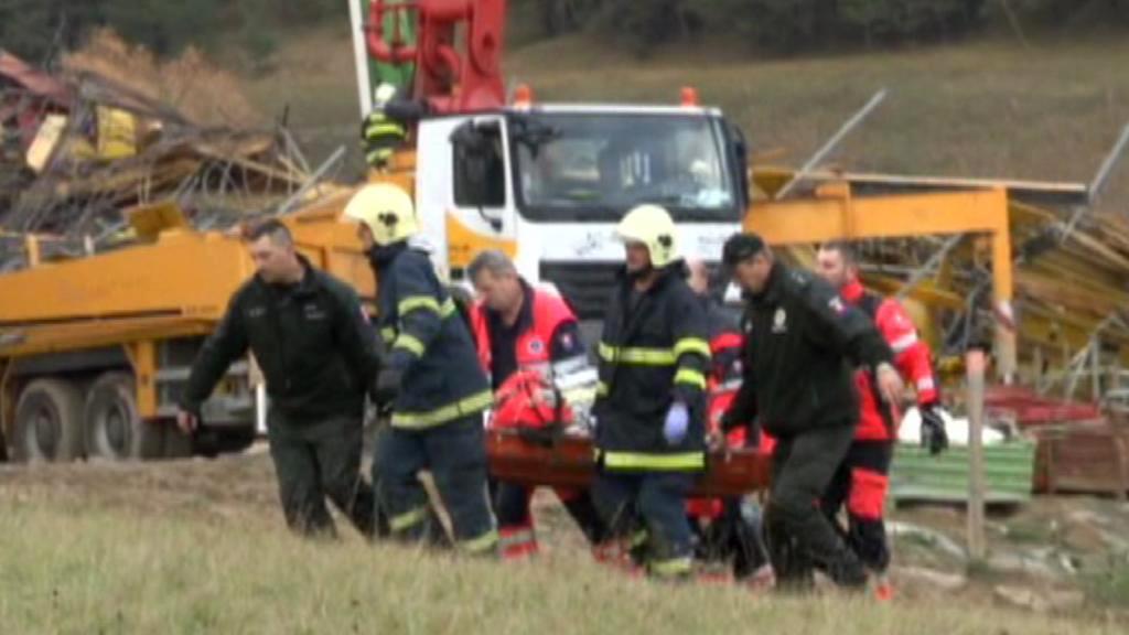 Slovenští záchranáři odnášejí raněné