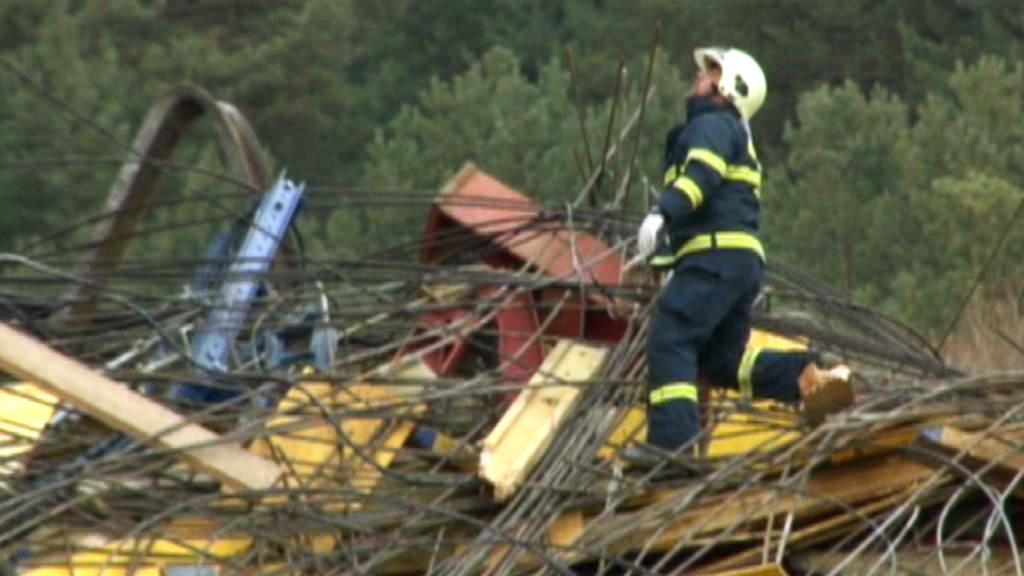 Záchranáři prohledávají trosky mostu u obce Kurimany