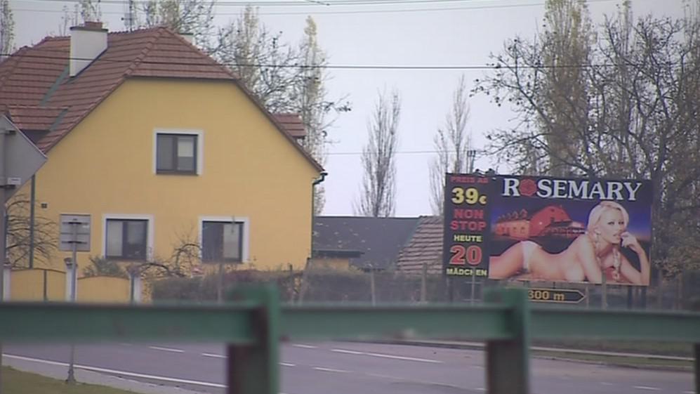 Silnice lemují billboardy lákající na návštěvu erotického klubu