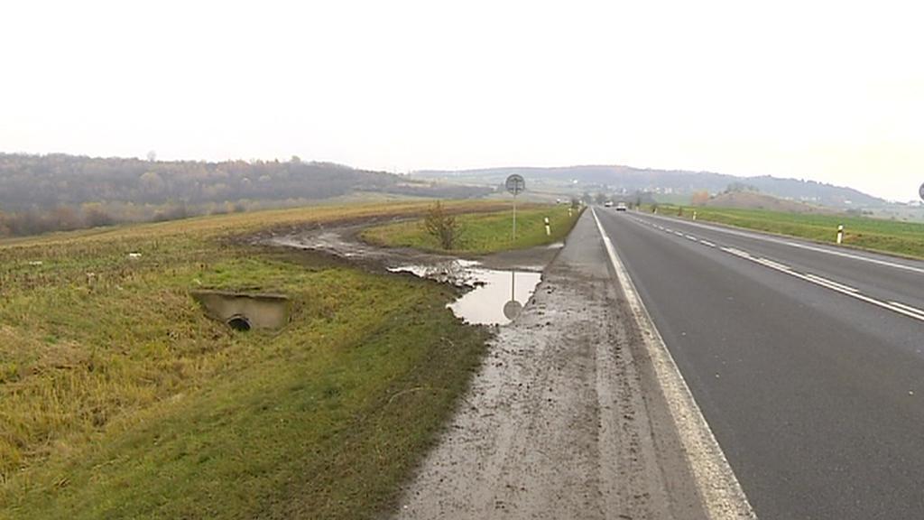 Řidiči si zkracují cestu přes pole