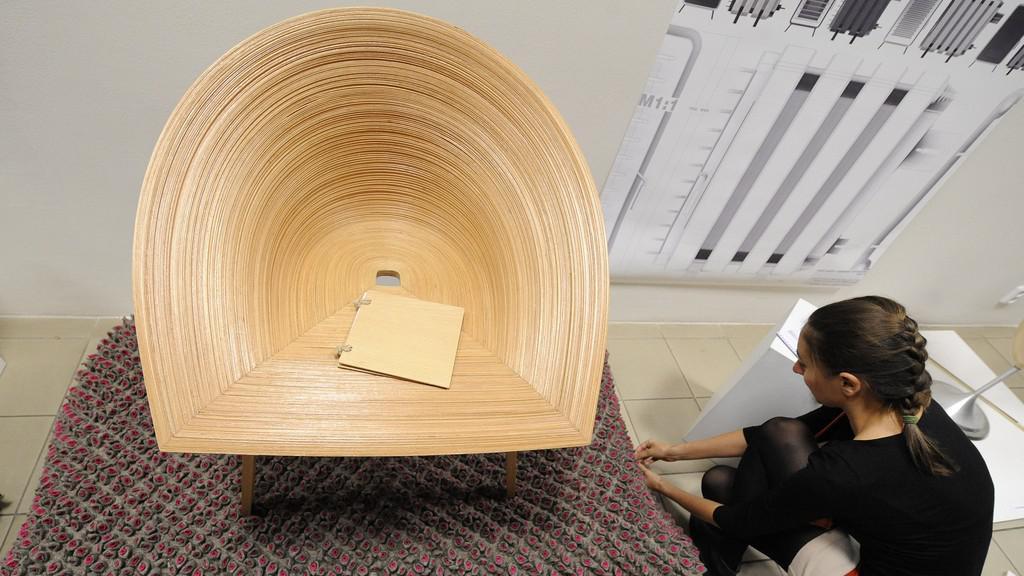 Židle Tamashii od Anny Štěpánkové a podožka Denisy Samkové (na snímku)