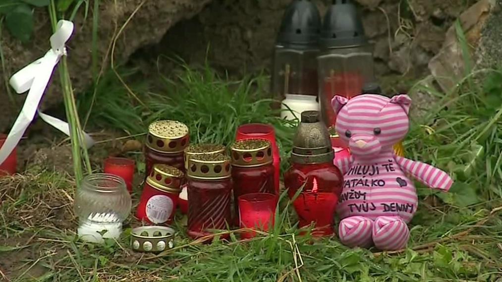 Místo nehody zaplnily svíčky a plyšové hračky
