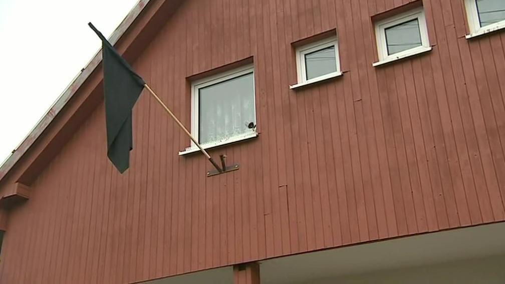 Na městském úřade v Lopeníku vlaje černý prapor