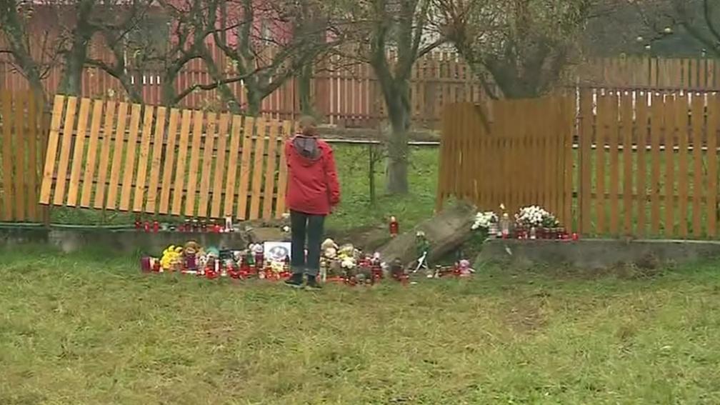 Na místě tragické nehody uctívají místní památku obětí