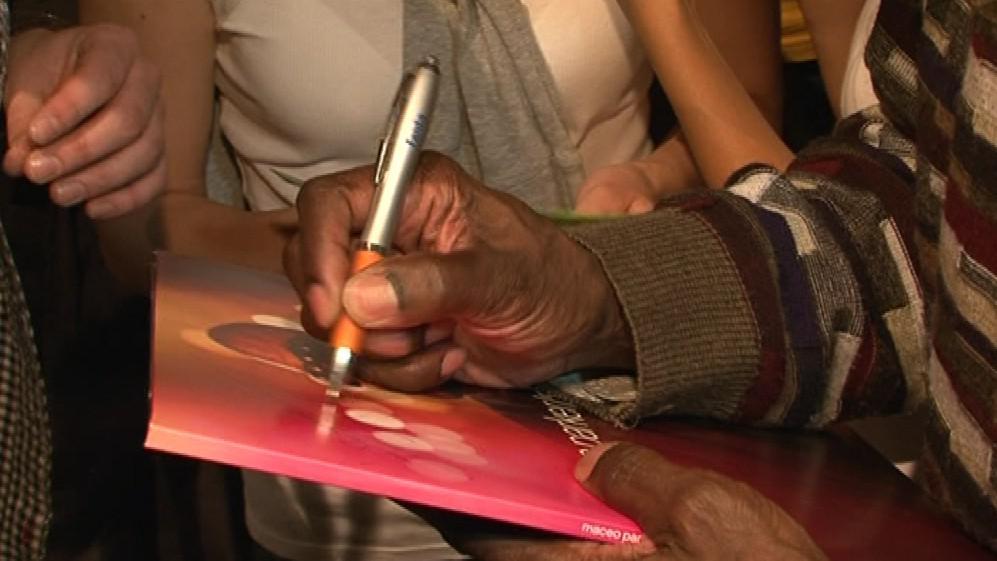 Po koncertu rozdával Maceo Parker fanouškům podpisy