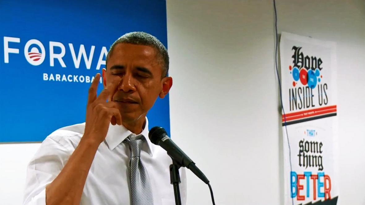 Barack Obama se slzami v očích děkuje svému volebnímu štábu