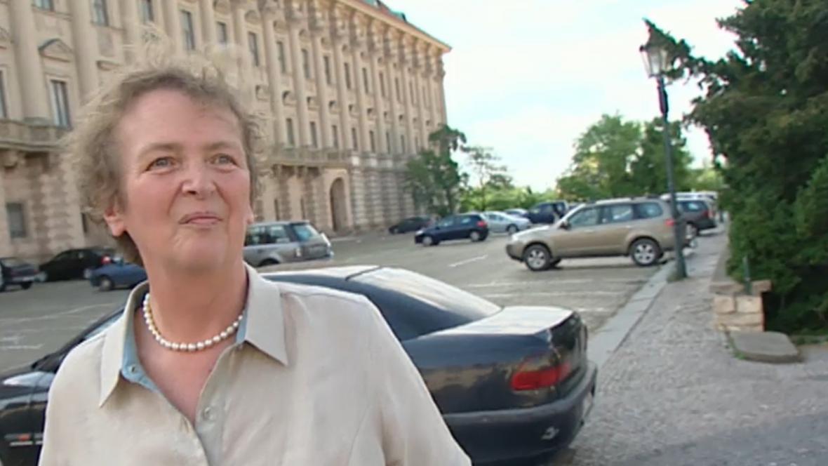 Alžběta Pezoldová před budovou Ministerstva zahraničí ČR