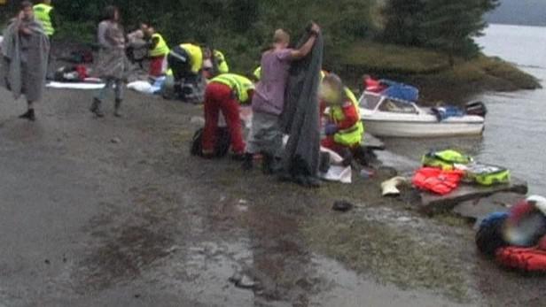 Záchranáři zahalují oběti střelby