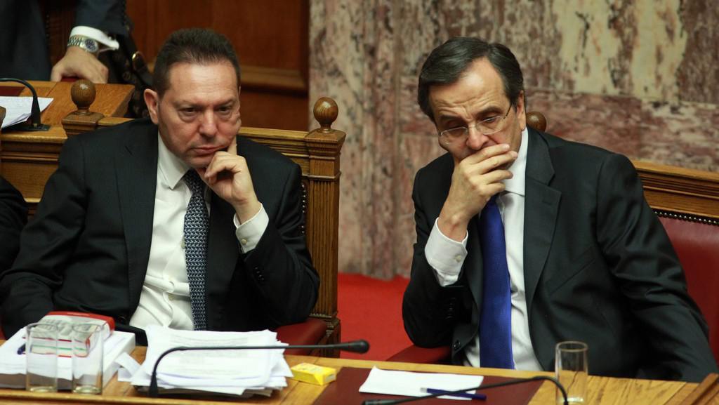 Řecký ministr financí Yannis Stournaras a premiér Antonis Samaras (zleva)
