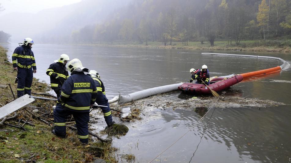 Zásah hasičů na Labi