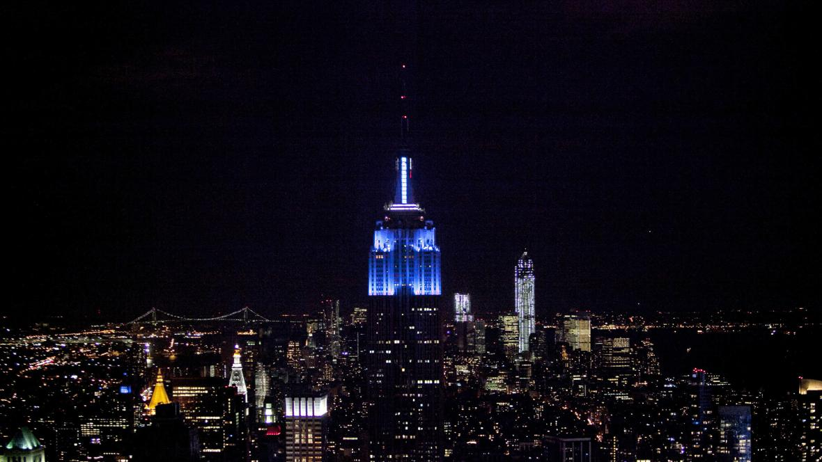 Empire State Building se zbarvil do modra