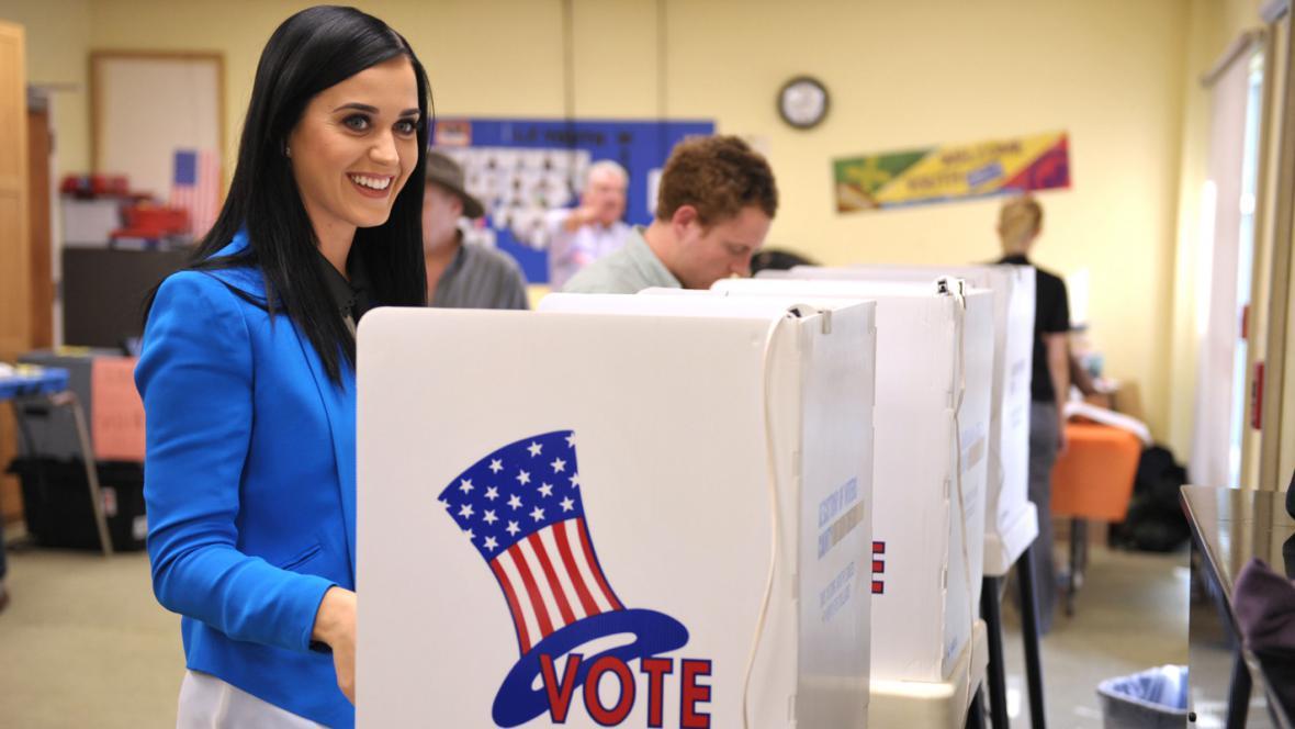 Zpěvačka Katy Perryová u volební urny v Los Angeles