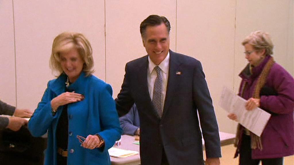 Mitt Romney s manželkou ve volební místnosti