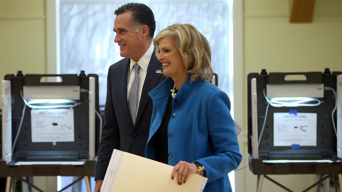 Mitt Romney odvolil s manželkou v Belmontu