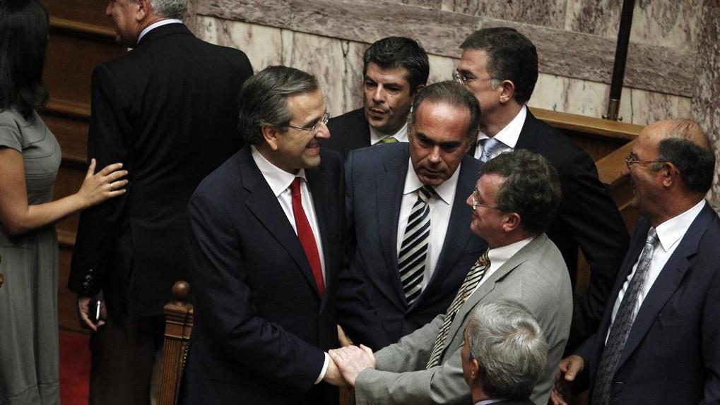 Samaras přijímá gratulace ministrů po hlasování o důvěře