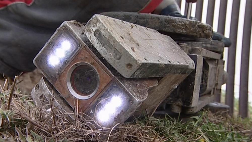 Speciálně upravená kamera, kterou do šachty technici spustili