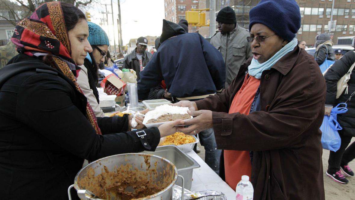 Dobrovolníci rozdávají teplé jídlo