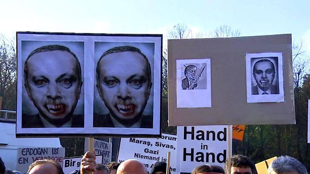 Na transparentu je Erdogan jako upír