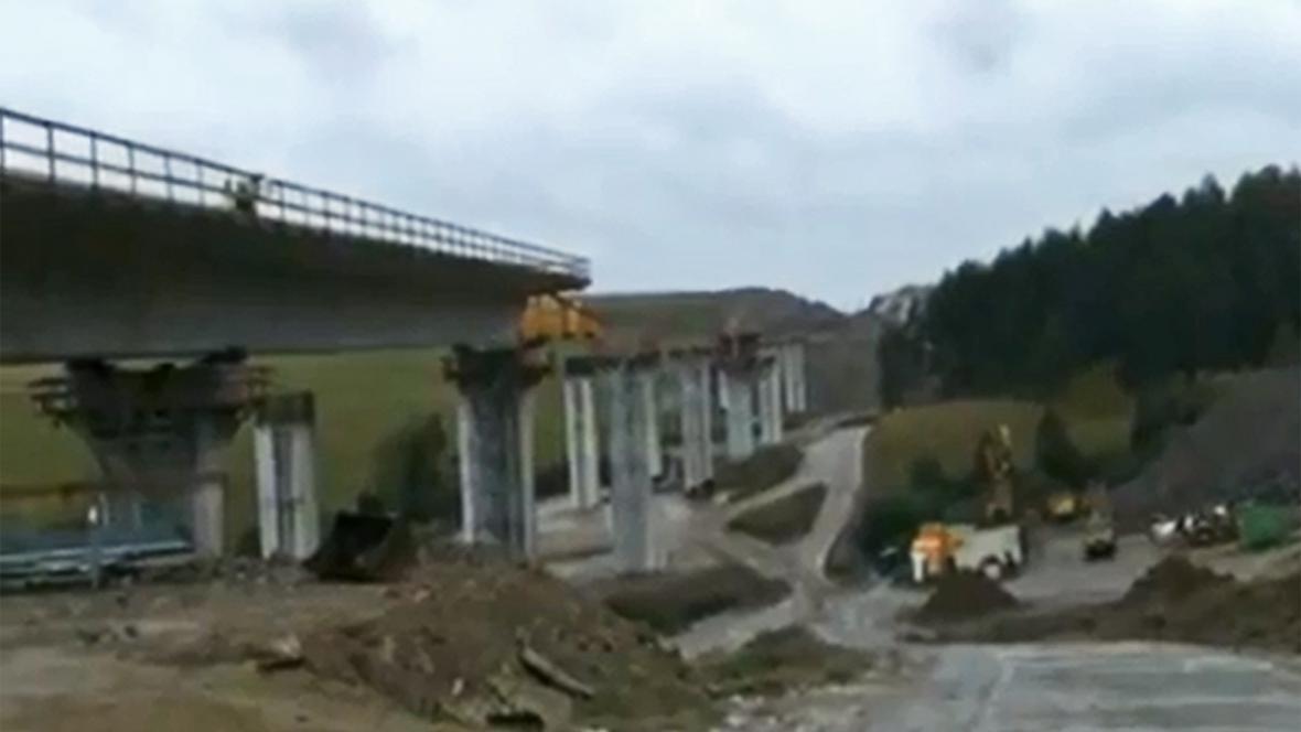 Rozestavěný most nad dálnicí D1