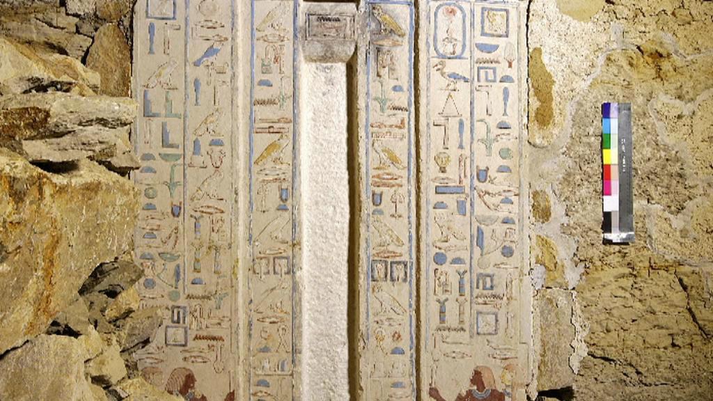 Hieroglyfy na zdobených pilířích