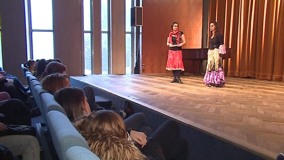 Představení předchází debata o životě Romů