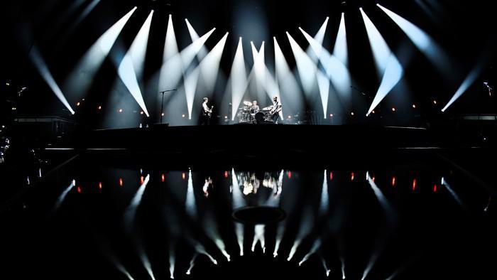 Přípravy scény na koncert Muse