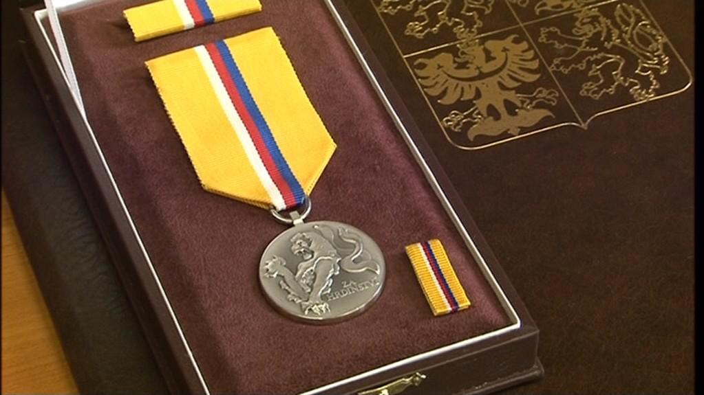 Medaili za hrdinství převzal záchranář z rukou prezidenta republiky