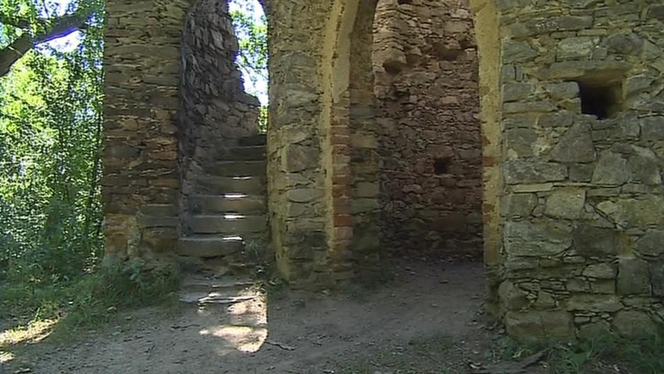 Vnější kamenné schodiště vedlo ke vchodovému portálu