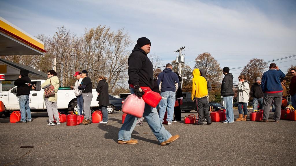 Fronta na benzin po úderu hurikánu Sandy v USA