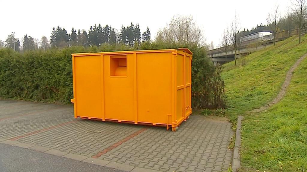 Oranžový kontejner na starý textil