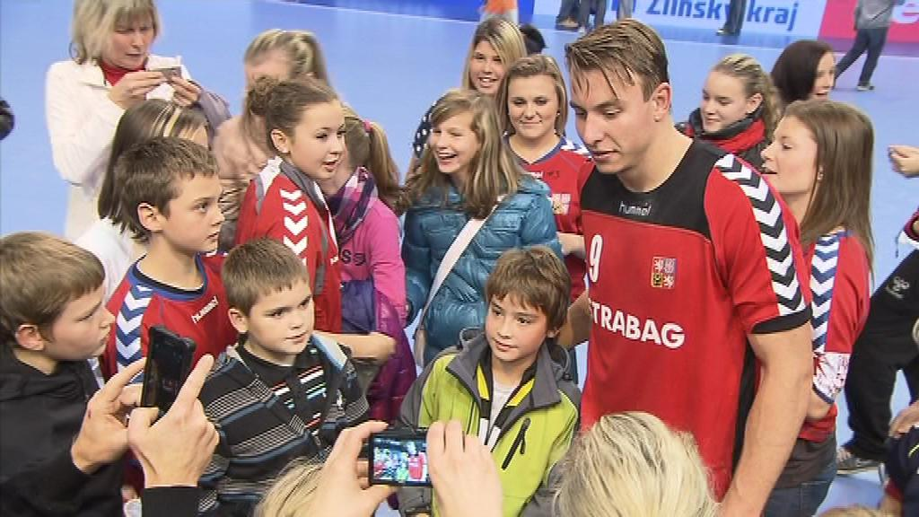 Filip Jícha byl po zápase v obležení fanoušků