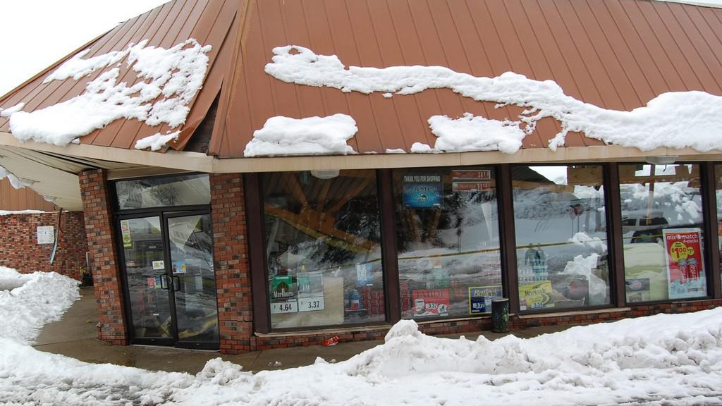 Benzinka zapadaná sněhem po přechodu Sandy