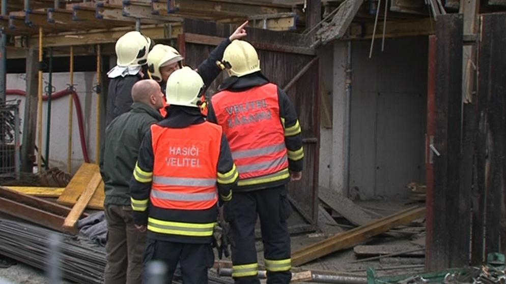 Muže museli vyprostit hasiči