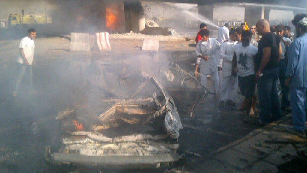 Zdemolované auto po výbuchu cisterny v Rijádu