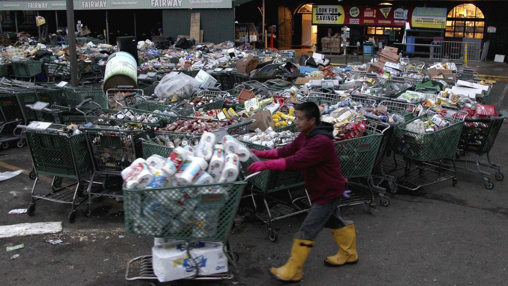 Shromažďování potřeb po hurikánu Sandy
