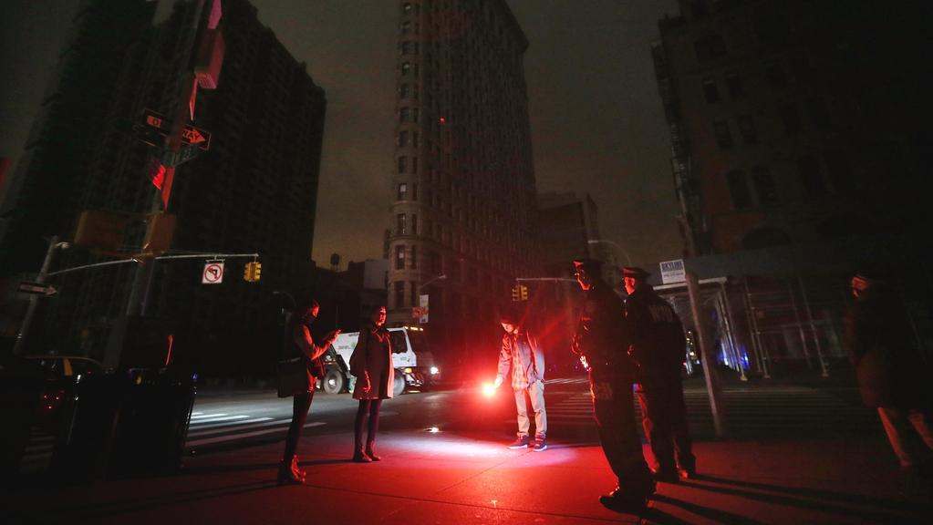 Velká část Manhattanu je stále bez proudu