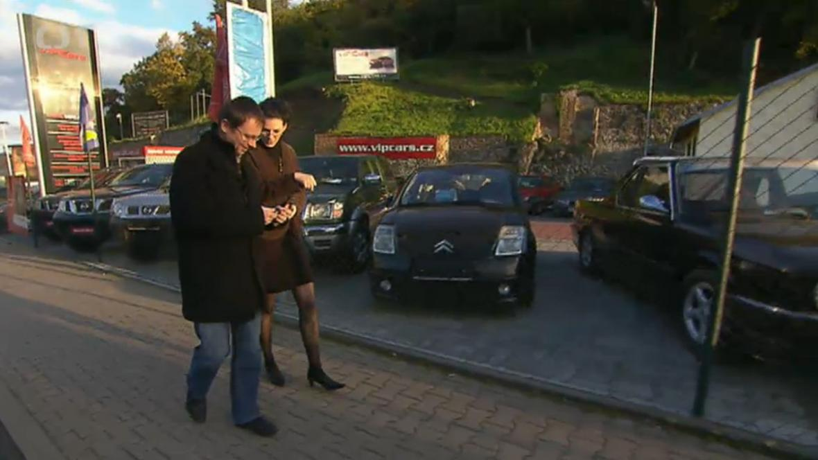 Hana Rebeka Šiander s přítelem před autobazarem VIPCars